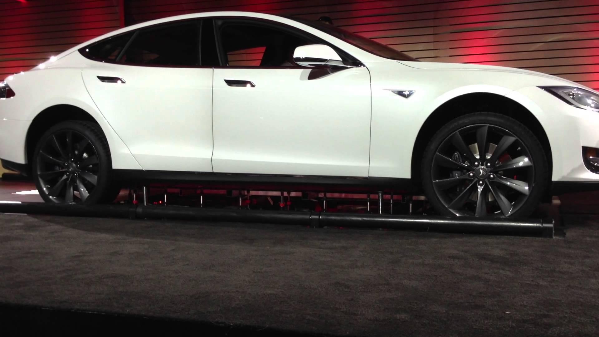 Elon Musk Swaps a Tesla battery in 90sec