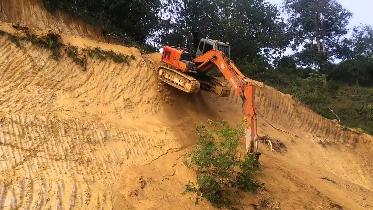 Scary way to descend a hill in an excavator