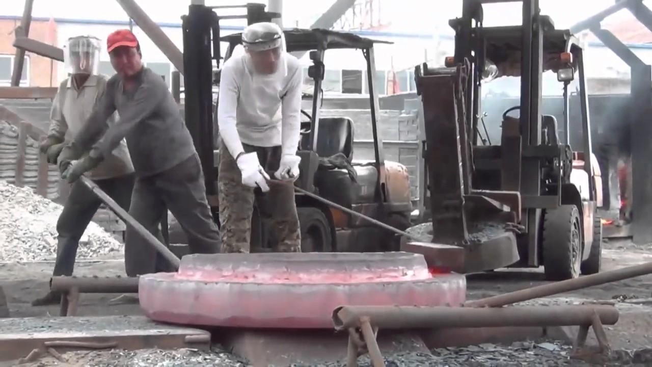 Chinese Blacksmiths Use Massive Five-Story Hammer To Forge A Flange On The Street