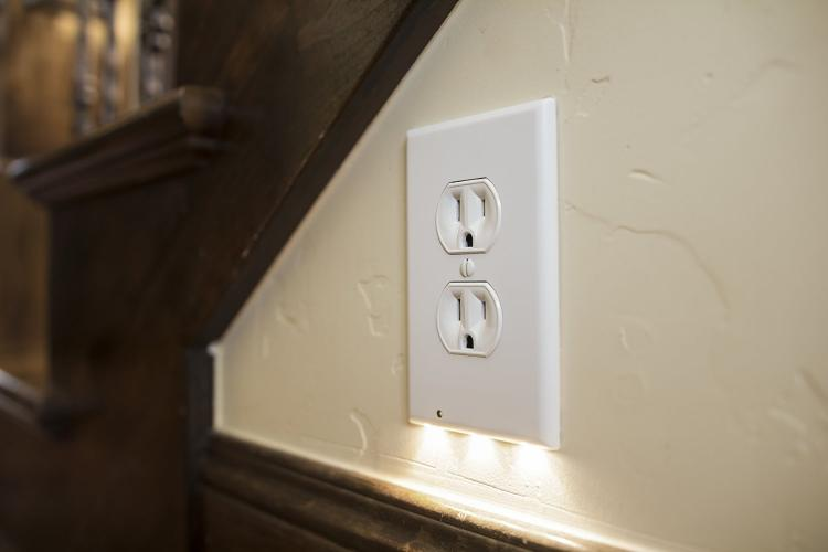Outlet Night Light That Turns On When